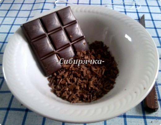 """Здравствуйте, дорогие мастера и мастерицы! Сегодня предлагаю Вам приготовить шоколадный-прешоколадный торт. Фактически это торт """"Прага"""", но с некоторыми изменениями. Ингредиенты: - кефир 1ст. - яйца 3шт. - маргарин 100г - сахар 1ст. для теста + 1 ст. для крема - мука 2 ст. - какао 3-4ст.л. для теста + 1-2ст.л. для крема - разрыхлитель (сода) 0,5ч.л. - лимонный сок 1ч.л., можно обойтись без него - сметана 300г (в идеале от35%, я не нашла такую, моя 25%) - шоколад темный для посыпки - ванилин   фото 12"""