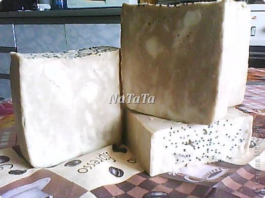 Коричневый слой-шоколадный с маком(нежный скрабик),белый-молочный с ароматом ванили,а жёлтые кубики-медовый с календулой. фото 2