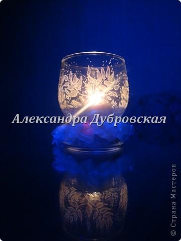 Во тьме ночной свеча горит Она порой покой сулит Увидишь пламя странный свет Как будто чей-то силуэт  Заманит пламя вглубь себя Какая странная свеча Ведь свет ее, как жизни миг, И всполыхнет надежды лик. фото 1