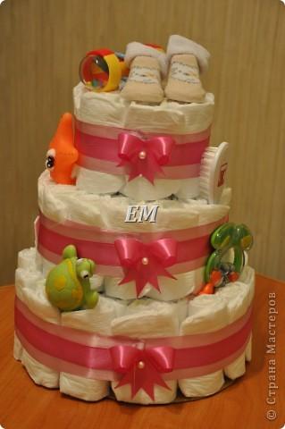 Вот такой вот торт из памперсов на рождение девочки у меня получился.... Делался срочно, на заказ, первый раз, поэтому уж как смогла...главное, что заказчику понравился...) фото 1