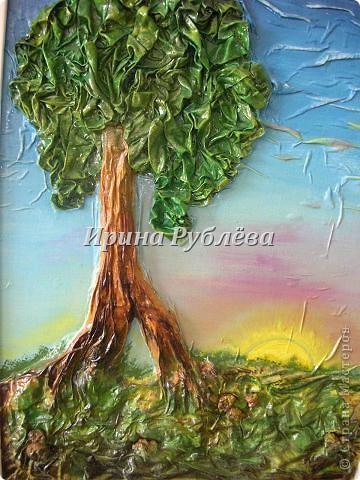 Используя свойство ткани красиво и неповторимо драпироваться, создаются замечательные картины и панно с рельефным изображением деревьев, древесной коры, гор, воды. Чтобы драпировки хорошо держались, ткань обрабатывают мучным клейстером. фото 1