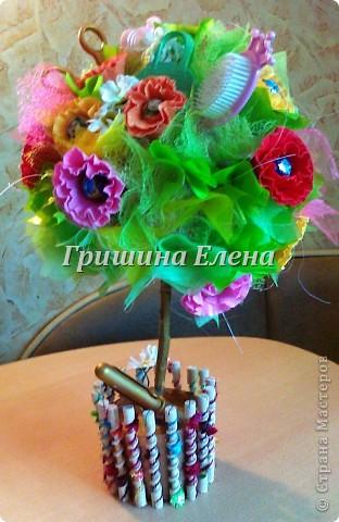 И снова у меня тематический букет (вернее целое дерево) - на этот раз для подарка парикмахеру. Заодно нашелся повод попробовать сделать цветы по МК Татьяны http://stranamasterov.ru/node/197258?c=favorite_451 фото 2