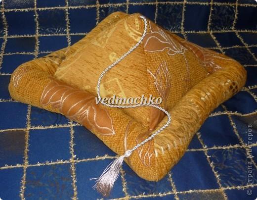 Такая подушка родилась после жалоб моей мамы на то, что руки устают держать книгу, а читает она много! фото 1