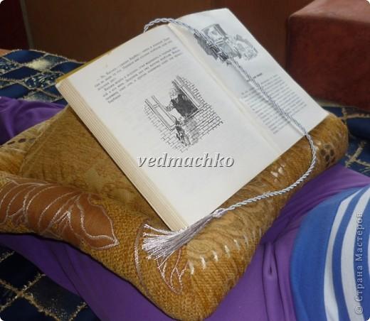 Такая подушка родилась после жалоб моей мамы на то, что руки устают держать книгу, а читает она много! фото 2