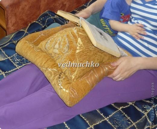 Такая подушка родилась после жалоб моей мамы на то, что руки устают держать книгу, а читает она много! фото 3