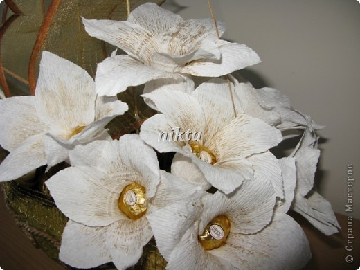 """В заказе на этот """"букет"""" нужно было совместить любимые конфеты Ферреро Роше, сладкий алкоголь и любимые цветы - лилии.  фото 3"""