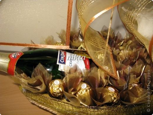 """В заказе на этот """"букет"""" нужно было совместить любимые конфеты Ферреро Роше, сладкий алкоголь и любимые цветы - лилии.  фото 4"""