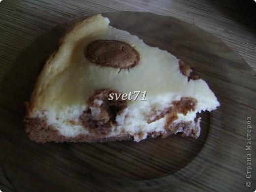 Ингредиенты:   200г сливочного масла 200 г сахара 3 яйца 2,5 стакана муки 1 ч.л. соды 2 ст.л. какао 200г творога 300г сметаны 1 пакетик ванильного сахара 2 ст.л. крахмала (думаю, что лучше взять 3)   Приготовление:   Мягкое сливочное масло растереть с сахаром(175 г), добавить 1 яйцо, соду, муку ( следующий раз в этот момент добавлю 1 чайную ложку лимонного сока) , какао и вымесить тесто. Поставить в холодильник на 20 минут. В это время делаем начинку: смешиваем творог, сметану, сахар(175 г), ванильный сахар, 2 яйца и крахмал. Достаем тесто и делим его на две неравные части. Большую выкладываем в форму и делаем бортики. Выливаем начинку. Оставшуюся часть теста рвем на кусочки и выкладываем сверху. Выпекаем в духовке 1 час при температуре около 180 градусов. фото 3