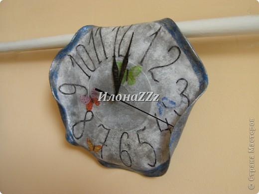 """Когда я увидела часы из пластинок у Маютти, а потом прочитала, что пластинки легко гнуть, если нагреть, то два этих факта пересеклись в моем сознании, и я сразу подумала о мягких часах Сальвадора Дали с картины """"Постоянство памяти"""". Мотив мягких часов часто встречается в творчестве Дали. Известно, что на мысль придать часам такю форму его натолкнул вид  расплавленного сыра. http://ru.wikipedia.org/wiki/%CF%EE%F1%F2%EE%FF%ED%F1%F2%E2%EE_%EF%E0%EC%FF%F2%E8    ССылка на статью в Википедии о картине и изображение самой картины фото 1"""