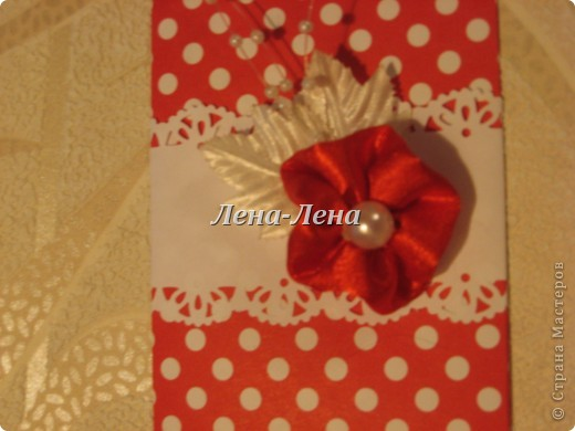 Попросили сделать срочно (сегодня на сегодня) конвертик для денег на День рождения одной милой молодой даме. Условия: в красных тонах - так как приложение к букету красных роз, и с горошком - дама любит всё в горошек. Нашлась у меня только такая красная бумажка в белый горошек, так что условия все выполнены. Сделала сразу два с разным оформлением - пусть выбирают. фото 6