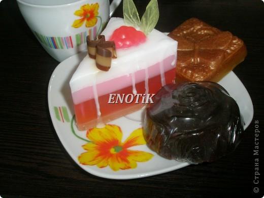"""1 Малиновый тортик  2 Карамельная бабочка  3 Шоколадная розочка  Состав: мыльная основа (Англия) , масло виноградной косточки, оливковое масло, липовый мед, шоколад , масло чайного дерева, какао , отдушки косметические   Набор """"К чаю"""" не отразится на вашей фигуре  Шоколадное мыло бережно очищает вашу кожу, омолаживает , придает ей блеск и шелковистость. Способствует укреплению стенок сосудов и улучшению кровообращения, обладает  антицеллюлитным действием, шоколад содержит антиоксиданты и повышает эластичность кожи. Увлажняет сухую кожу, закрывает поры у жирной, подтягивает возрастную кожу.  Аромат шоколада восстанавливают эмоциональное равновесие, помогает избежать депрессии."""