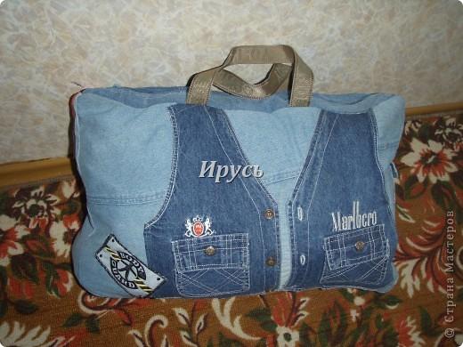 Это моя первая сумочка из старых джинс (верх,как водится, перевоплотился в шорты).Ручка из пояса. фото 2