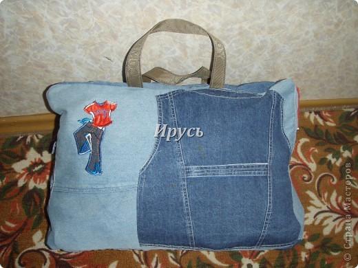 Это моя первая сумочка из старых джинс (верх,как водится, перевоплотился в шорты).Ручка из пояса. фото 3