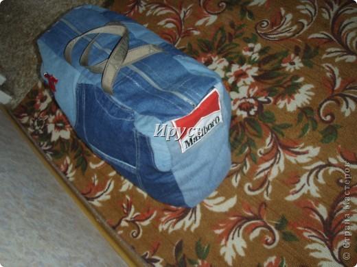 Это моя первая сумочка из старых джинс (верх,как водится, перевоплотился в шорты).Ручка из пояса. фото 4
