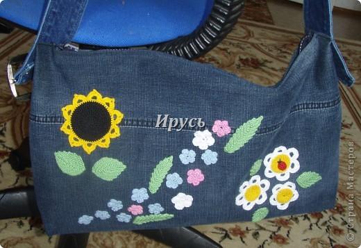 Это моя первая сумочка из старых джинс (верх,как водится, перевоплотился в шорты).Ручка из пояса. фото 1