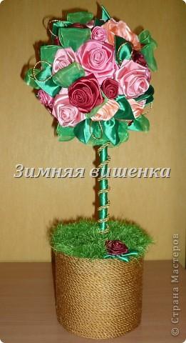Топиарий из роз, сделанных из атласных лент. Мой первый опыт в изготовлении роз. Ох как долго я делала первые цветочки! фото 1