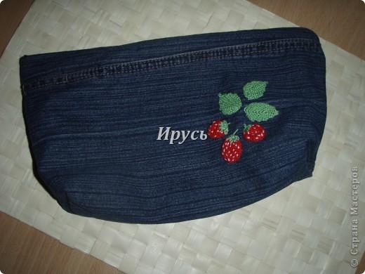 Это моя первая сумочка из старых джинс (верх,как водится, перевоплотился в шорты).Ручка из пояса. фото 5