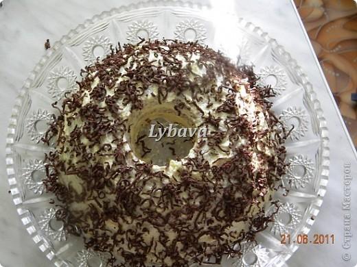 Вот такой тортик от Aleks@ очень мне полюбился. Нас пригласили перед отъездом  в гости. Очень хотелось маме показать и рецептик и как делать цветочки из мастики. Крем сметанный со сгущенкой.Сверху тертый шоколад. Единственное, я добавила меньше какао, чем в рецепте. фото 2