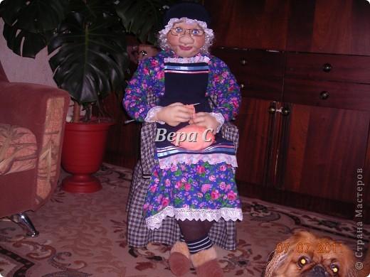"""Знакомая ,увидев моих кукол на бутылках по методу Ликмы, попросила сделать бабулю за вязанием. У неё  небольшой магазинчик пряжи, а название у него """"Бабушкин клубок"""". Вот  и решила она , что в интерьере у неё должна быть бабка. фото 1"""