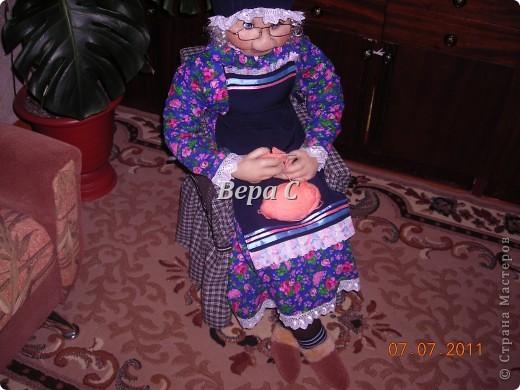 """Знакомая ,увидев моих кукол на бутылках по методу Ликмы, попросила сделать бабулю за вязанием. У неё  небольшой магазинчик пряжи, а название у него """"Бабушкин клубок"""". Вот  и решила она , что в интерьере у неё должна быть бабка. фото 6"""
