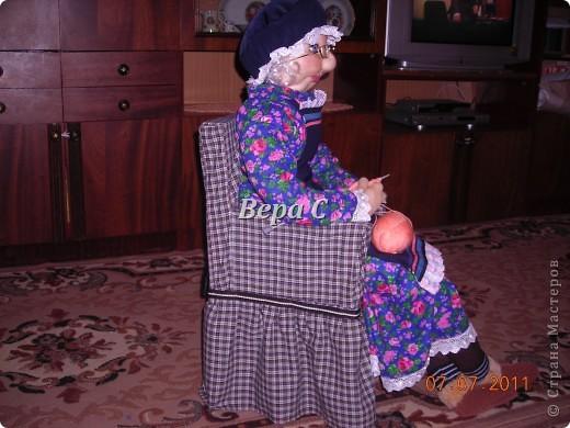 """Знакомая ,увидев моих кукол на бутылках по методу Ликмы, попросила сделать бабулю за вязанием. У неё  небольшой магазинчик пряжи, а название у него """"Бабушкин клубок"""". Вот  и решила она , что в интерьере у неё должна быть бабка. фото 7"""