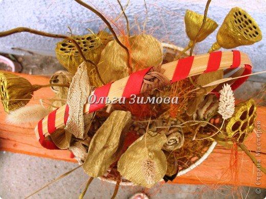 Решила подарить любимой подруге на юбилей не букет живых цветов, а вот такую необычную корзиночку.  Она родилась в июле-время когда расцветает лотос. И я  сделала ей такой июльский презент. фото 6