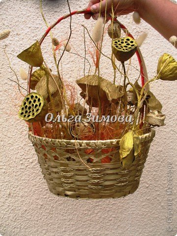 Решила подарить любимой подруге на юбилей не букет живых цветов, а вот такую необычную корзиночку.  Она родилась в июле-время когда расцветает лотос. И я  сделала ей такой июльский презент. фото 10