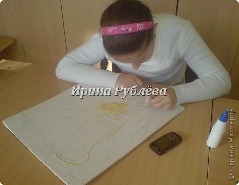 """Это работа моей ученицы Ясмины Валевац. Декоративное панно """"Дятел"""". Выполнено из пшена, коры и чая.  фото 4"""