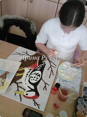 """Это работа моей ученицы Ясмины Валевац. Декоративное панно """"Дятел"""". Выполнено из пшена, коры и чая.  фото 8"""