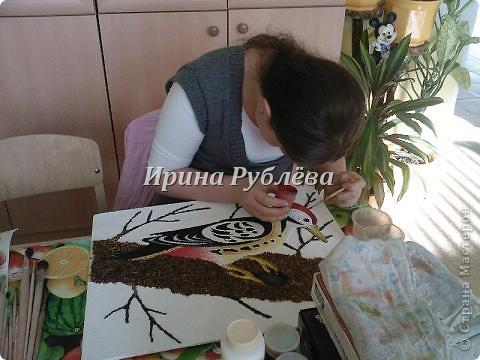 """Это работа моей ученицы Ясмины Валевац. Декоративное панно """"Дятел"""". Выполнено из пшена, коры и чая.  фото 9"""