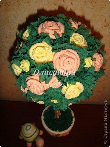 """Не так давно  увлеклась """"розовыми деревьями"""", т.е. деревьями из роз... И увлекалась так, что """"посадочного материала"""", а именно, салфеток...хватит на большой - большой сад... Нельзя пускать меня в магазин  на """"пике увлечения""""... В общем, покупала  однотонные салфетки разных расцветок... А в пачке их, как Вы понимаете, намного больше, чем надо на дерево... Использовать салфетки по прямому назначению , рука не поднимается... Теперь смотрю на них, исключительно, как на поделочный материал... и периодически делаю деревья...  Странно то, что я не люблю делать одно и тоже, а эти деревья  до сих пор не надоели... Видимо потому, что разное сочетание розочек и выглядит по-разному... ,поэтому никогда не знаю, каким , дерево будет в итоге... И, именно, эта неизвестность меня  привлекает ... В итоге эта """"неизвестность"""" приобретает определенные черты... http://stranamasterov.ru/node/151489?t=292 ********************************************* Если кто-то видит такое дерево впервые и оно """"заденет струны души"""", то все МК можно найти здесь... http://stranamasterov.ru/blog/34319/329 Там, конечно, не только розы..., но ,зато, все в одном месте... А сейчас , просто, мини-отчет о проделанной работе...  фото 14"""