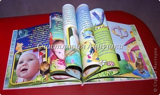 Азбука, на страницах которой, помимо привычных картинок и букв, ещё и сам малыш. Так изучать буквы гораздо интереснее!   В азбуке 32 красочных страницы, на обложке также фото ребенка.   Пример разворота: фото 2