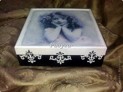 Девочки,хочу показать вам недавно соТворенный набор «Воспоминание»: это коробка для писем и дорогих сердцу вещиц и блокнот для записей.Деревяную коробку и блокнот сначала покрыла белой акриловой краской.На шкатулке использовала распечатки,на блокноте-салфетки.На блокноте узор через трафарет краской,слегка затонироанной сверху для придания старины.На шкатулке шпаклевка через трафарет,для придания узору объема.Обе работы покрыла акриловым лаком для саун.Он не желтит,для светлых работ самое то.Ну вот и все. фото 1
