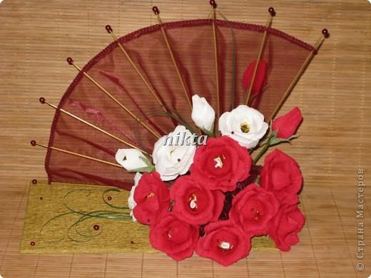 Конфетный веер. В букете 15 конфет, в красных розах Ферреро Роше, в белых - трюфели.  Веер из органзы. фото 1