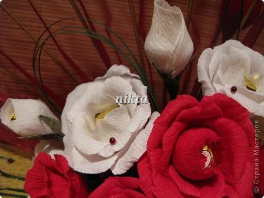 Конфетный веер. В букете 15 конфет, в красных розах Ферреро Роше, в белых - трюфели.  Веер из органзы. фото 2