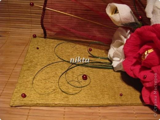 Конфетный веер. В букете 15 конфет, в красных розах Ферреро Роше, в белых - трюфели.  Веер из органзы. фото 3