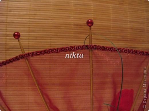 Конфетный веер. В букете 15 конфет, в красных розах Ферреро Роше, в белых - трюфели.  Веер из органзы. фото 4