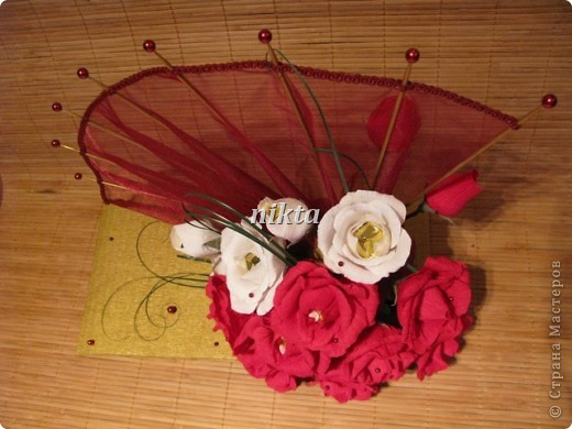 Конфетный веер. В букете 15 конфет, в красных розах Ферреро Роше, в белых - трюфели.  Веер из органзы. фото 5