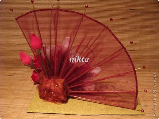 Конфетный веер. В букете 15 конфет, в красных розах Ферреро Роше, в белых - трюфели.  Веер из органзы. фото 6