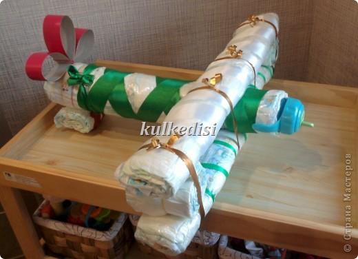 Поделка изделие Моделирование конструирование Торт из памперсов Самолетик кукурузник Ленты фото 2