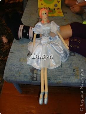 Эта куклеха лежала в недоделках, как всегда хочется все и сразу..., но вот ей повезло приехали гости. Милый ребенок облюбовал это создание и вот что из него получилось , мы вместе старались ее приодеть, а попутно Лерочка еще и игрушку успела сшить, чему ее мама очень удивилась. фото 1