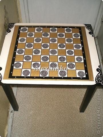 Шахматный столик в технике декупаж. Это вид столика сверху. фото 2