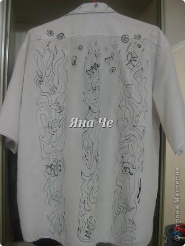 У мужа было много белых рубашек, которые он не носил. Я решила что-то с этим сделать... Из рубашки я сделала шведку: обрезала рукава и закруглила низ, чтоб носить навыпуск, а потом нанесла рисунок. Рисунок не о чем. фото 2