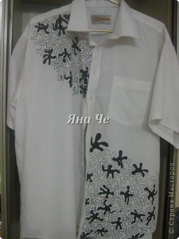 У мужа было много белых рубашек, которые он не носил. Я решила что-то с этим сделать... Из рубашки я сделала шведку: обрезала рукава и закруглила низ, чтоб носить навыпуск, а потом нанесла рисунок. Рисунок не о чем. фото 3