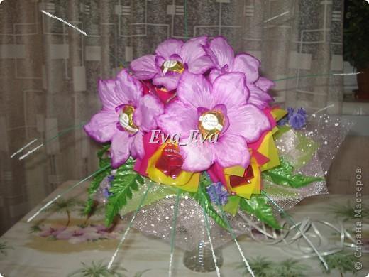 """Делала сотруднице на свадьбу от коллектива в дополнение к основному подарку. Использованы искусственные цветы, листочки, травка, оберточная бумага, сетка декоративная, проволочные стебли от искусственных цветов (можно использовать шпажки деревянные, но лучше, чтобы они гнулись - так формировать букетик будет легче), ну и конфеты 2 вида: """"Золотая лилия"""" и Трюфели (названия не помню, главное, чтобы по цветовой гамме сочетались). фото 1"""
