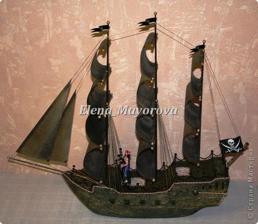 Последняя работа - пиратский корабль. Главной целью, поставленной заказчицей (кроме сходства с настоящим) была полная сохранность после съедения конфет. Будет подарен мальчишке на 18 лет. фото 2