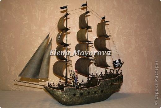 Последняя работа - пиратский корабль. Главной целью, поставленной заказчицей (кроме сходства с настоящим) была полная сохранность после съедения конфет. Будет подарен мальчишке на 18 лет. фото 3