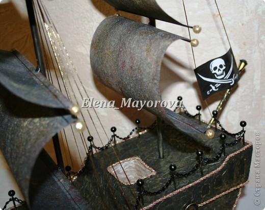 Последняя работа - пиратский корабль. Главной целью, поставленной заказчицей (кроме сходства с настоящим) была полная сохранность после съедения конфет. Будет подарен мальчишке на 18 лет. фото 5