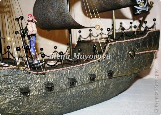 Последняя работа - пиратский корабль. Главной целью, поставленной заказчицей (кроме сходства с настоящим) была полная сохранность после съедения конфет. Будет подарен мальчишке на 18 лет. фото 6