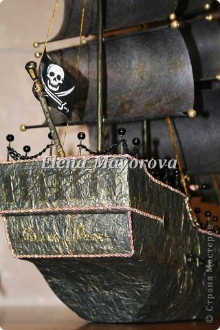 Последняя работа - пиратский корабль. Главной целью, поставленной заказчицей (кроме сходства с настоящим) была полная сохранность после съедения конфет. Будет подарен мальчишке на 18 лет. фото 8